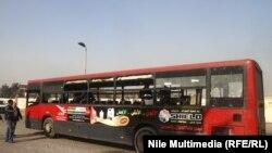 Pamje e autobusit pas shpërthimit të bombës në lagjen Nasr City në Kajro