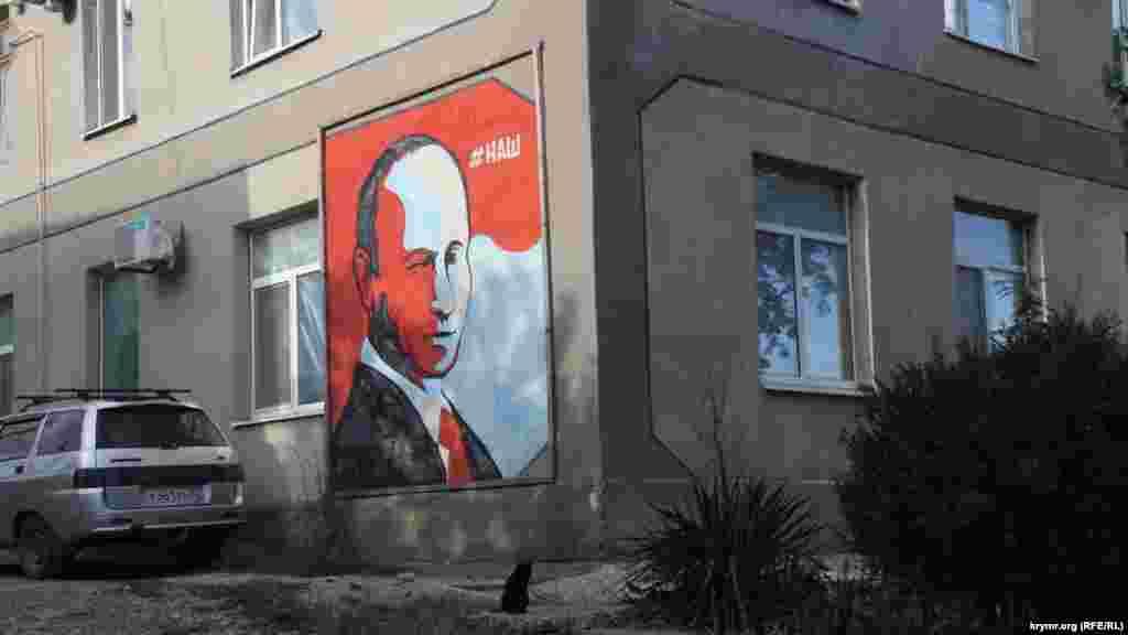 Веселое разделено на бухту и поселок, отделенные друг от друга шестью километрами. Автобус ходит 5 раз в день. Из Судака через Верхнее Веселое в бухту и обратно. В Верхнем, главном Веселом, жизнь кипит– тут тебе и полиция, и администрация, и портрет Путина на стене