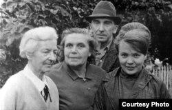Паўліна Мядзёлка, Ларыса і Янка Геніюшы, Ніна Лойка. Зэльва, 1968 г.