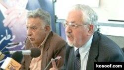 ابراهیم یزدی (راست) در کنار عزتالله سحابی