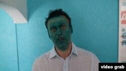 Политик Алексей Навальный после того, как его облили зеленкой в Новосибирске.