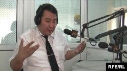 """Нурлан Мотуев в студии """"Азаттыка"""", Бишкек, 29 июня 2009 года."""