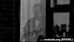 Уладзімер Някляеў у вакне сваёй кватэры падчас хатняга арышту