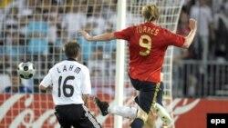 """""""Золотой"""" гол Фернандо Торреса (под майкой номер 9) в ворота Германии в финале Евро-2008, Вена, 29 июня 2008 года"""