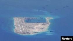 Кытайдын геологиялык бургулоочу кемелери талаштуу Спратли аралындагы Оттуу крест рифинин тегерегинде сүзүп жүрөт. 21-май 2015