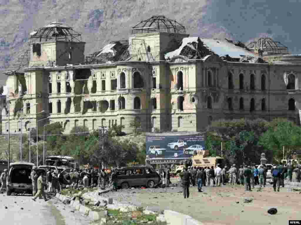 Сьледчыя – на месцы выбуху ў Кабуле паблізу палацу Дарул Аман. Пры выбуху бомбы, закладзенай у аўтамабіль, у аўганскай сталіцы ў аўторак загінулі ня менш як 19 чалавек, звыш 50 атрымалі раненьні.