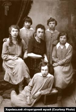 Марія Пилинська з вихованками дитбудинку, де була завідувачкою у 1923 році, Кам'янець-Подільський
