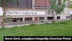 """Već petnaest godina na prijedorskim zgradama se mogu vidjeti natpisi i simboli desničarskih organizacija """"Krv i čast"""" i """"Borba 18"""", koji se vežu za promociju neonacizma"""