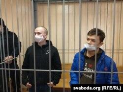 Дзьмітры Карнееў (зьлева) і Мікіта Залатароў, лава падсудных, суд, Гомель.