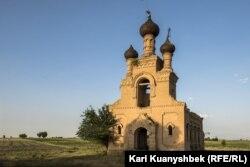 Ескі шіркеудің қасбеті. Дербісек ауылы, Сарыағаш ауданы, Түркістан облысы. 5 маусым 2020 жыл.