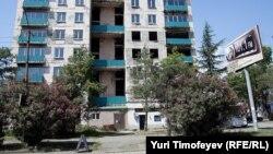 В Сухуме хорошо известны некоторые многоквартирные дома, построенные в последние годы с нуля, или завершенные довоенные «недостройки», которые так и стоят пустующими