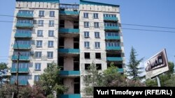 Конфликт коммунальщиков и владельцев квартир уже давно перешел в разряд вечных тем
