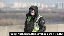 Співробітник поліції під час патрулювання на вулицях вулицях Києва