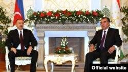 Emomali Rahmon, Presidenti i Taxhikistanit (majtas) dhe Ilham Aliev, Presidenti i Azarbejxhanit, gjatë takimit të sotëm në Dushanbe