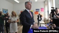 Мило Джуканович на избирательном участке в Подгорице 15 апреля 2018