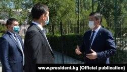 Președintele Kârgâzstanului Sooronbai Jeenbekov with și primarul Bișkekului Aziz Surakmatov