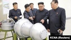 کیم جونگ اون (نفر دوم از راست)، رهبر کره شمالی، در حال بررسی برنامه هستهای خود