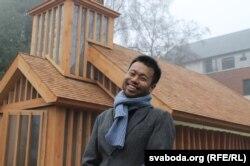 Со Цзыўай падчас асьвячэньня беларускай царквы ў Лёндане, сьнежань 2016 году
