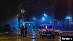 Полицейские у здания дипмиссии США в Подгорице, 22 февряла 2018 года
