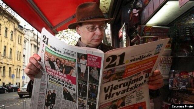 """Tajnik HND Vladimir Lulić čita prvi broj """"21. stoljeća"""""""