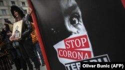 """""""Elég a korona-terrorból"""" - a járványügyi intézkedések meghosszabbítása ellen tüntettek Belgrádban."""
