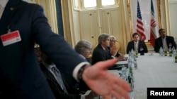 Сотрудник службы охраны просит журналистов выйти из зала во время встречи госсекретаря США Джона Керри и министра иностранных дел Ирана Мохаммада Джавада Зарифа
