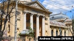 Clădirea Facultății de Medicina a fost inaugurată în 12 octombrie 1903. Atunci a fost inaugurată și statuia lui Carol Davila din fața intrării principale.