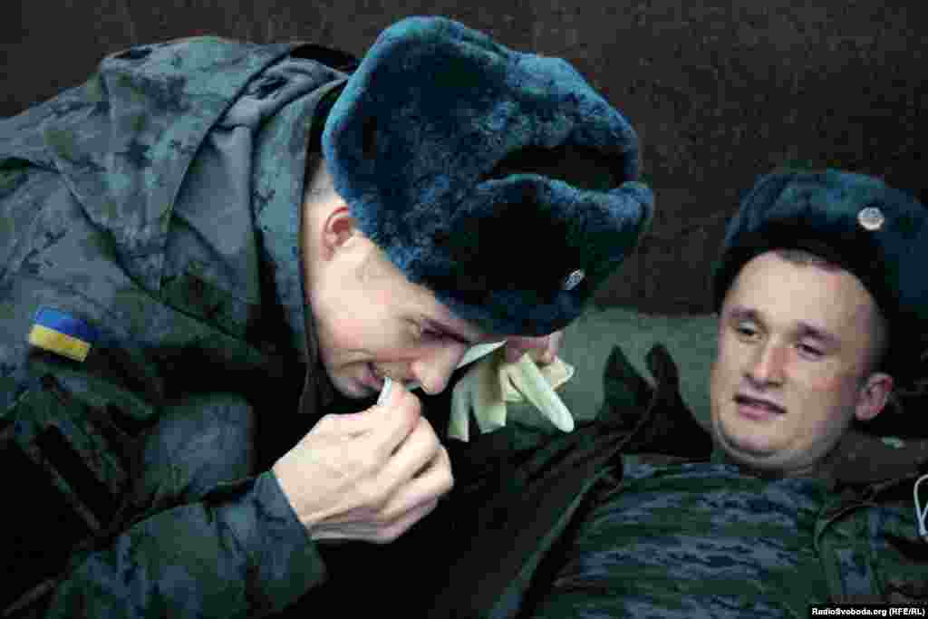 Заклеювати рану слід якомога швидше, тож хлопцям доводилось відкусувати пластирі зубами.