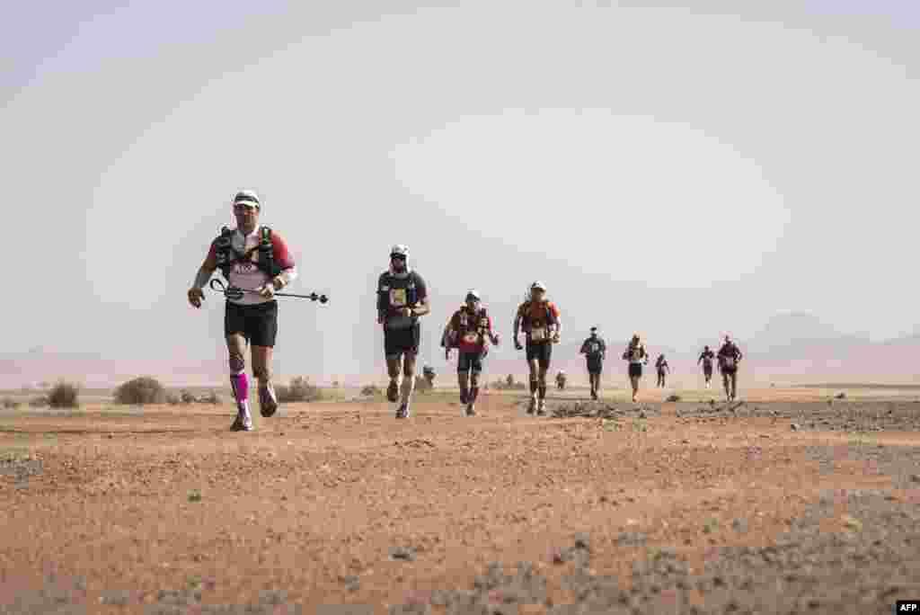 «Песчаный марафон» (на французском - Marathon des Sables) – это дистанция протяженностью 250километров, что составляет в сумме примерно шесть классическихмарафонскихдистанций.Состязания завершаются 16 апреля.