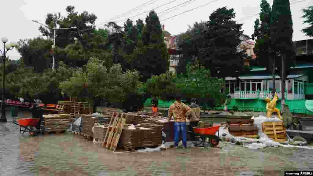 У Криму вже стало доброю традицією – перекладати тротуарну плитку напередодні зими або в негоду