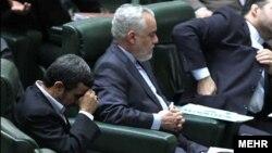 نفر وسط: محمدرضا رحیمی، معاون اول رئیس جمهوری پیشین ایران