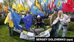 Ukrán ellenzéki pártok támogatói tüntetnek az akkori elnök, Viktor Janukovics és Vlagyimir Putyin akkori orosz miniszterelnök ellen Kijevben, 2011. április 27-én.
