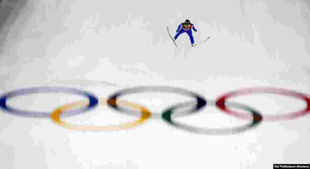 Лыжное двоеборье: Марьян Еленко из Словении во время спуска на большом трамплине в мужском индивидуальном конкурсе. В этой категории золото выиграл немец Йоганнес Ридзек