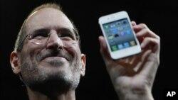 Steve Jobs cu noul iPhone în 2010