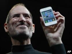 Стив Джобс iPhone 4-ті таныстырып тұр. Сан-Франциско, 7 маусым 2010 жыл.