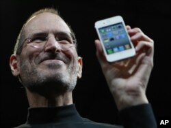 Steve Jobs prezentînd iPhone 4 în 2010
