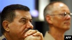ژنرال کمال برزنجی ( سمت چپ) فرمانده نیروی هوایی عراق در کنفرانس خبری روز یکشنبه