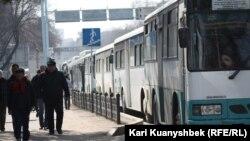 Абай ескерткішінің алдында тізіліп тұрған автобустар. Алматы. 24 наурыз. 2012 жыл.