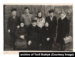 Розкуркулена родина Бершадських. В центрі сидить глава родини Тихін Бершадський