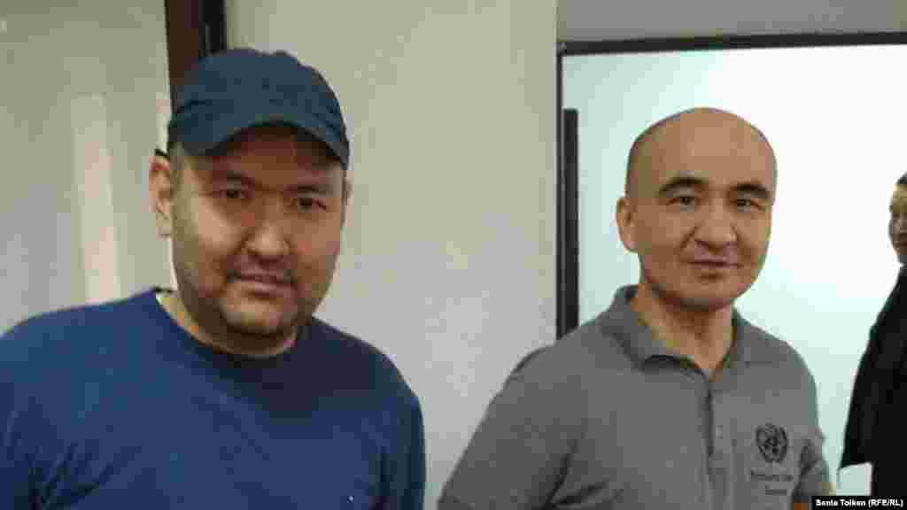 """После земельного митинга в Атырау были задержаны его активные участники - Макс Бокаев (справа) и Талгат Аян. Они оказались под административным арестом, затем им предъявили обвинения уголовного характера. В конце ноября суд в Атырау дал им по пять лет лишения свободы, назвав Бокаева и Аяна виновными в """"разжигании розни"""", """"распространении заведомо ложной информации"""" и """"проведении незаконного митинга"""". Атырау, 28 октября 2016 года."""