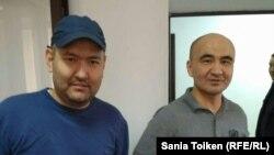 Гражданские активисты Макс Бокаев (справа) и Талгат Аян на суде по их делу. Атырау, 28 октября 2016 года.