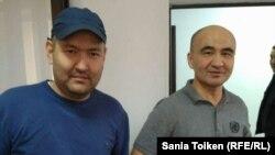 Белсенділер Талғат Аян (сол жақта) мен Макс Боқаев сотта. Атырау, 28 қазан 2016 жыл.