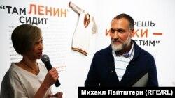 Наталья Кондратова и директор краеведческого музея Андрей Шаповалов