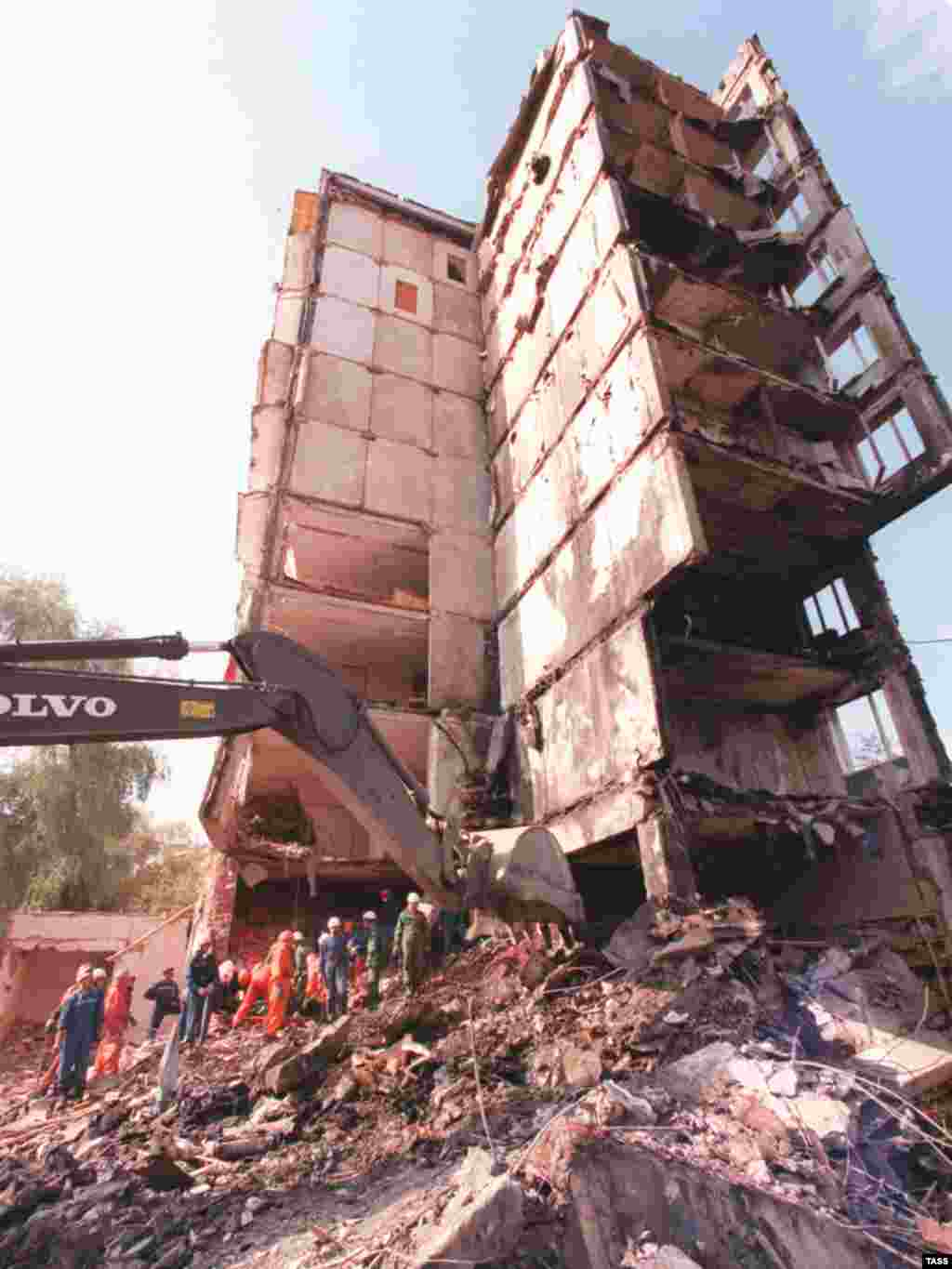 Clean-up operations at the apartment building on Guryanova Street. The blast killed 94 people.