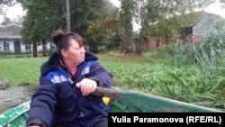 Переправщица Лена на муниципальной лодке