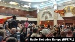 """Демонстрантите од иницијативата """"За заедничка Македонија"""" на 27 април во Собранието."""