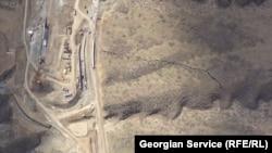 გზის სამშენებლო მოედანი და ნაპრალი მთის ქედზე
