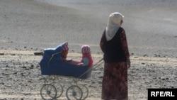 Тәжік әйелі баласымен бірге. Тәжікстан. Мурғаб ауданы. Таулы Бадахшан автономиялы облысы. Көрнекі сурет.