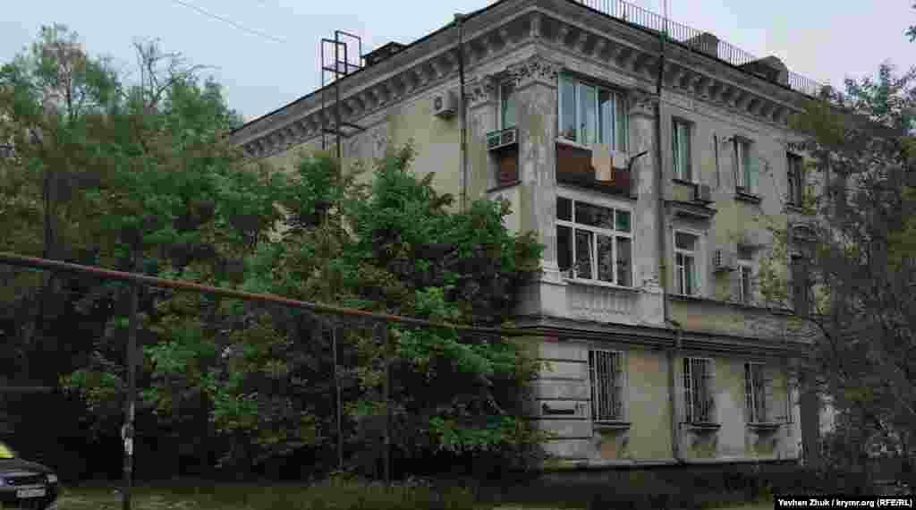 Далі вулиця 1-а Бастіонна перетинає вулицю Хрульова. Генерал-лейтенант був одним із керівників оборони Севастополя під час Кримської війни та соратником адмірала Нахімова