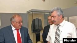 Հայաստանում Բուլղարիայի դեսպան Տոդոր Ստայկովը (ձախից) եւ Հայաստանի ազգային արխիվի տնօրեն Ամատունի Վիրաբյանը: